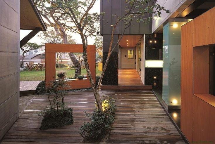 Spots LED encastrés dans le sol, bornes solaires, appliques et suspensions, tout est permis pour sublimer l'entrée extérieure.