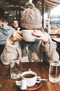 Tendência Hygge casaco e gorro de lã xícara de café