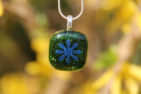 Verde brillante cristal colgante con flor por BasiliskGlass en Etsy