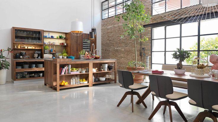 loft natuurhouten keuken in notenhout met yps tafel en aye stoelen met draaionderstel