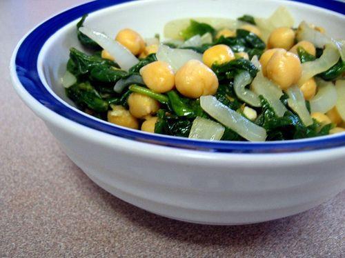 Spanac arăbesc - una dintre rețetele mele preferate     Ingrediente:  400gr spanac curățat și spălat  1 ceapă tăiată felii  2 linguri ulei de floarea soarelui sau de măsline  2 căței de usturoi tocați mărunt  1 linguriță semințe de chimen  400 gr năut din conservă sau fiert în prealabil  3 linguri suc de roșii (opțional)  Sare și piper după gust    Mod de preparare:   Într-o tigaie mare sau wok se prăjește ceapa timp de 5 minute. Se adaugă usturoiul și chimenul și se mai prăjește încă un…