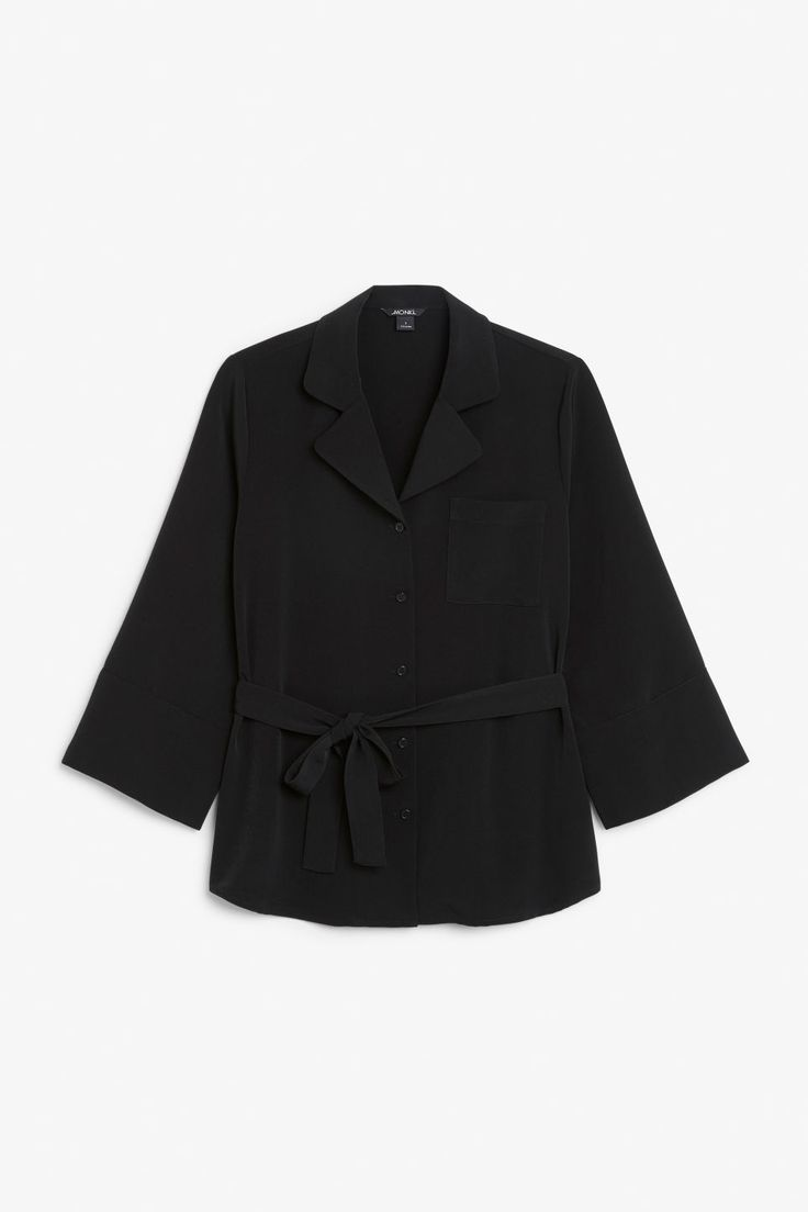 A signature blouse with a single breast pocket and an oversized fit. Tie it in the waist and you're good to go! In a size small the chest width is 120 cm a