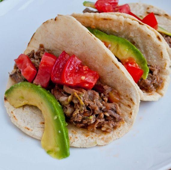Кукурузные лепешки - традиционное мексиканское блюдо, их используют для приготовления закусок, или подают к основному блюду. Найти их в магазине сейчас не проблема, но будете ли вы уверенны в свежести и качестве приобретаемого продукта? Приготовьте лепешки из кукурузной муки дома, ведь сделать это достаточно просто. Прочитайте рецепт и приступайте к готовке.