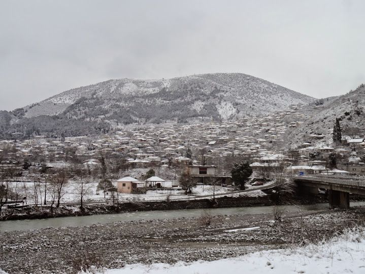 Η πόλη της Κόνιτσας χιονισμένη. Η φωτογραφική λήψη έγινε σήμερα 9/2/2015. ***HOTEL RODOVOLI