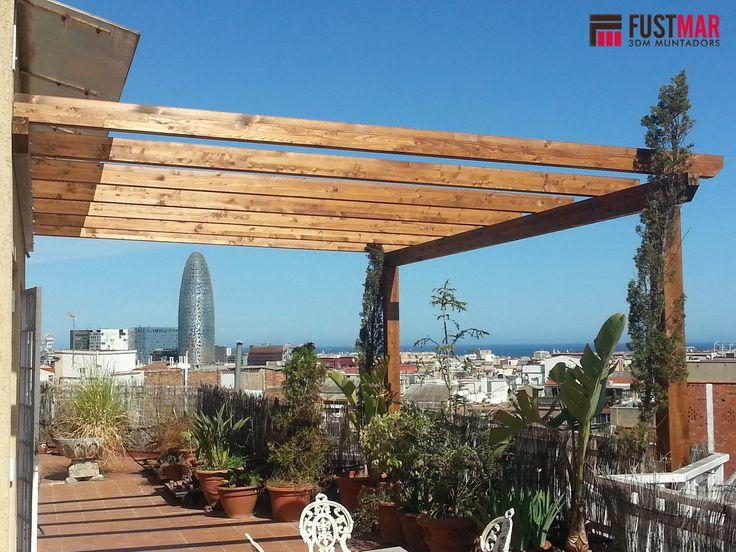 pergola de madera de abeto laminado lasurado en color nogal instalada en un atico en