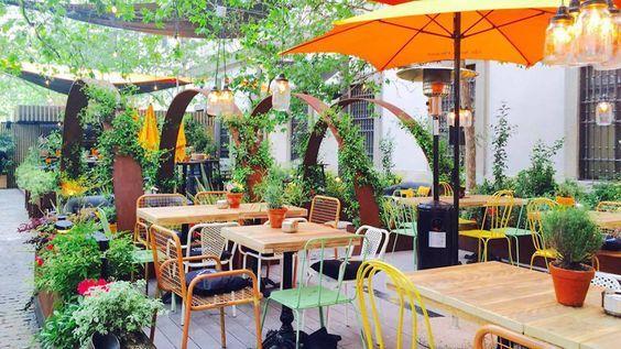 Los bares y restaurantes que ofrecen las mesas con más encanto de la ciudad: patios, azoteas y jardines para tomar algo con los amigos, disfrutar al aire libre y refugiarse de las altas temperaturas