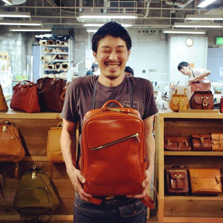 HERZ ヘルツさんはInstagramを利用しています:「満面の笑みの作り手が持つのは愛用中のリュック。鞄の表情も使う人それぞれで変わります。そこが革製品の面白いところです。 #ヘルツ #ヘルツ名古屋店 #作り手 #リュック #革 #革鞄 #革製品 #エイジング #経年変化 #herz #herzbag #leatherbag…」