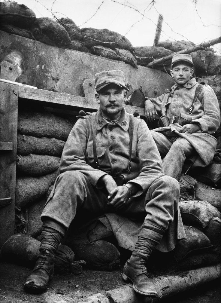 """""""Fin juillet 1916, Somme. Des combattants du 23e RI dans une tranchée. En dépit des barbelés et des sacs de sable, l'absence de casque et d'armes à proximité immédiate indique qu'on n'est sans doute pas en premières lignes."""" Frantz Adam/AFP."""