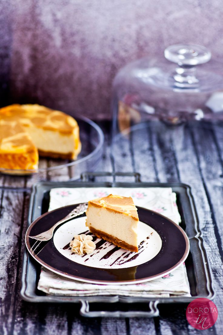 Sernik toffi czyli eleganckie ciasto, jednocześnie proste do zrobienia. Sernik toffi to masa serowa udekorowana kajmakiem.  http://dorota.in/sernik-toffi/  #przepis #sernik #kajmak #kuchnia #ciasto #deser #wypieki