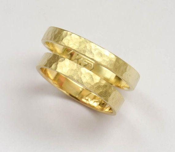 Set di bella elegante a mano fedi nuziali. Questi anelli sono realizzati in oro giallo 14K, martellato con finitura opaca sabbiare, design che manterrà
