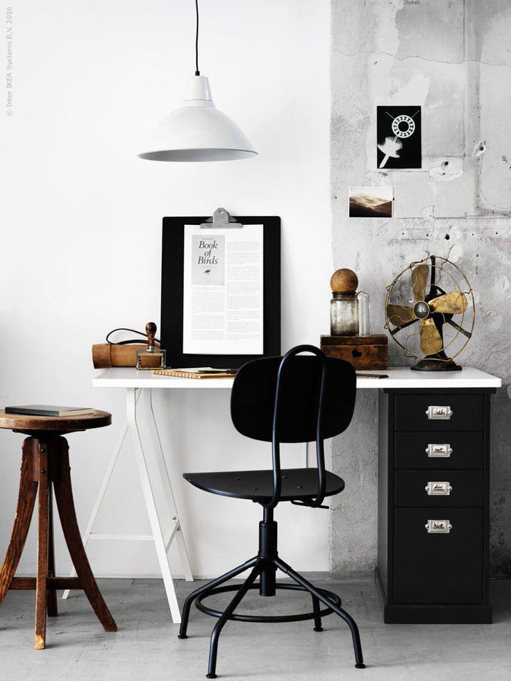 Arbetsstolen KULLABERG är inspirerad av äldre industristil men har alla moderna funktioner. Detsamma gäller för den rustika hurtsen KLIMPEN. LERBERG benbock, HISSMON bordsskiva, FOTO taklampa, VÄLBEKANT skrivplatta.