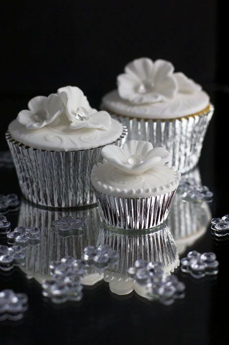 white-flower-diamond-cupcakes-web