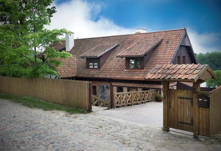 360zł Obiekt Willa Szara Sowa znajduje się 10 metrów od prywatnej plaży nad brzegiem jeziora i oferuje Gościom bezpłatne wypożyczenie rowerów i łodzi.