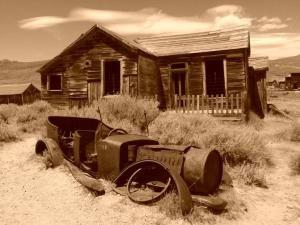 Bodie, CA é uma cidade fantasma amaldiçoado. Furtar qualquer coisa de um dos antigos edifícios branqueada de sol ao norte de Mono Lake - um prego, que faz parte de um relógio ou até mesmo uma velha garrafa - e má sorte tranca em você para sempre. Não acredita? Então diga a ele para os visitantes desta cidade fantasma que foram devolver o material roubado com contos de desgosto, morte e lesões graves que os cercam, uma vez que deixou este assentamento Serra oriental. - Foto por Michele EI by…