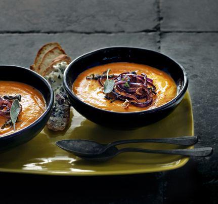 Zoete aardappelsoep met gebakken uien. Vers uit het oktobernummer van delicious. dit recept voor zoete aardappelsoep.