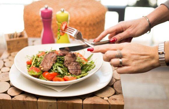 タンパク質は摂る目的や方法を間違えると、効果がなかったり、ダイエットに逆効果になる場合があります。高タンパク低カロリーの食品109種類の紹介に加えて、高タンパク低カロリーが良い本当の理由、効果的なタンパク質の摂り方を紹介します。
