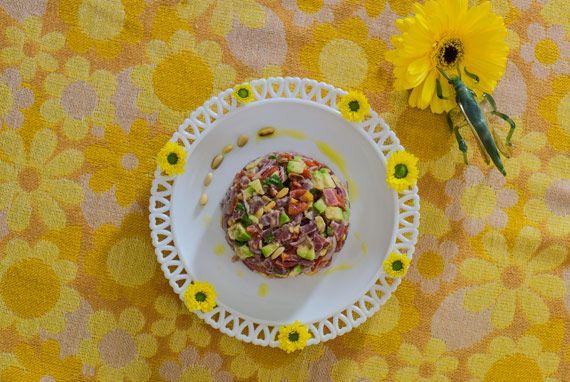 Se ti tagliassero a pezzetti: insalata di tonno, avocado, pinoli, pomodori, capperi, cipolla di tropea, basilico, limone