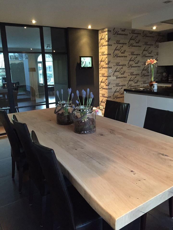 ZWAARTAFELEN I Dikke boomstamtafel. Let ook op die deuren erachter, mooi he? Bedankt voor foto! www.zwaartafelen.nl