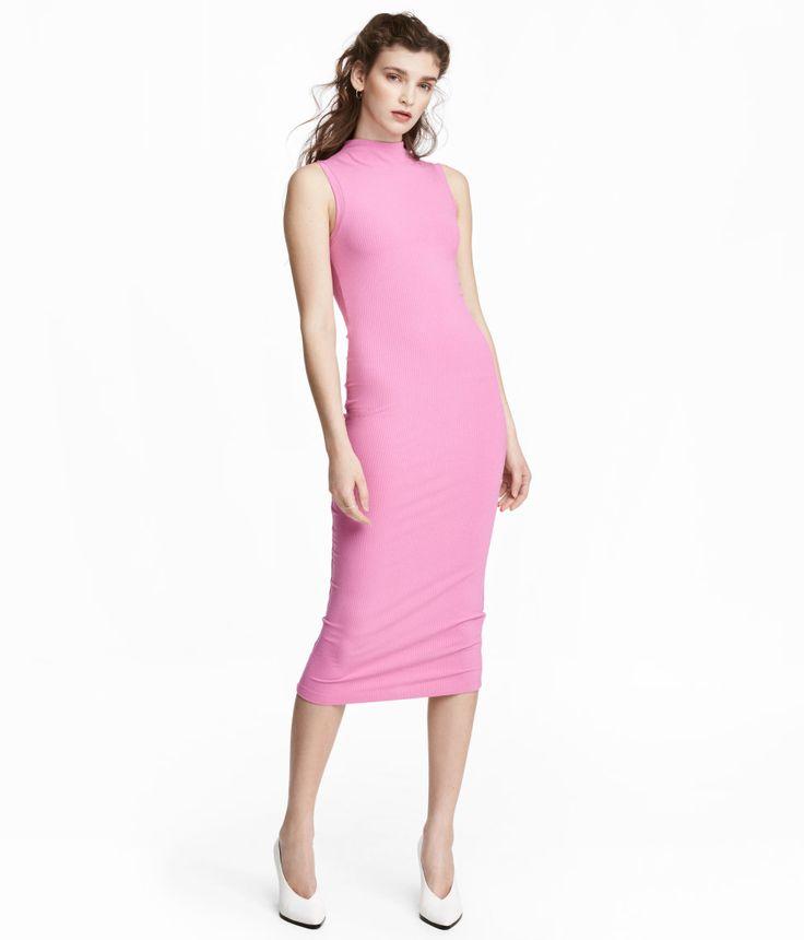 Rosa. Wadenlanges, ärmelloses Kleid aus festem Rippenjersey. Das Kleid ist hoch geschlossen und figurbetont geschnitten.