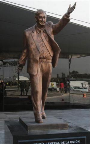 Un Nestor Kirchner de dos metros, avanzando con su brazo en alto, tenue sonrisa, saco desabotonado y corbata al viento ha causado comentarios tanto por su costo como por su aparente mal gusto. El m... ---> http://franquicia.org.mx/