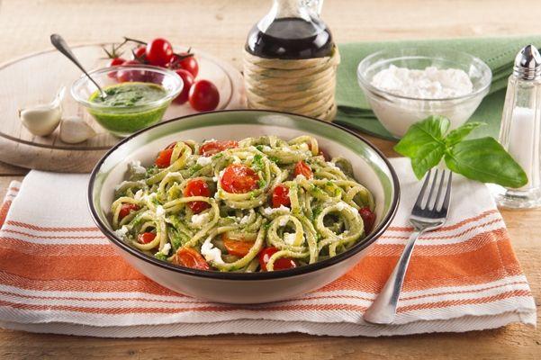 Recette Spaghetti au pesto, ricotta et aux tomates cerises. Plus de recettes ici : http://www.ilgustoitaliano.fr/recettes/rechercher/all/all/all/parmesan-et-pates-dures/order-date-desc