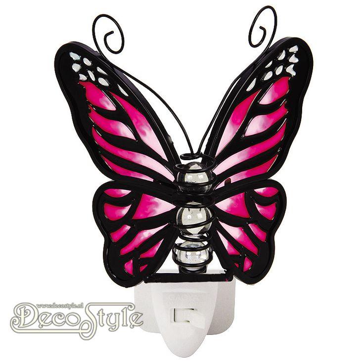 Tiffany Nachtlampje Vlinder - Rose Paars  Prachtig nachtlampje in de vorm van een vlinder. Gemaakt van gekleurd glas. Het lichaam bestaat uit 3 glas bollen. Het gekleurde glas zorgt ervoor dat het licht heel mooi wordt verspreid. Het lampje wordt geleverd met een 0.5 Watt LED lampje in een luxe geschenkverpakking. Deze nachtlampjes zijn uitstekend te gebruiken op plekken waar je een beetje meer licht nodig hebt. Op de slaapkamer, keuken, hal, overloop, etc… Het nachtlampje is KEMA gekeurd en…