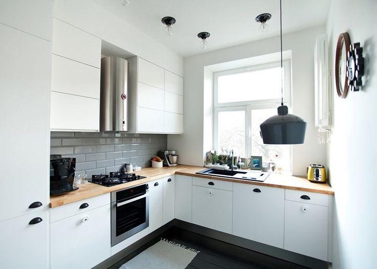 fot. Magdalena Ilmer, Boho Studio Kuchnia jest prosta, nowoczesna i lekka. To typowy skandynawski design. Białe fronty szafek, szare kafelki, czarne dodatki. Drewniany blat estetycznie przełamuje dominujące zimne barwy.