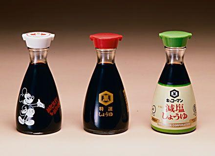 Kikkoman Bottle  by Kenji Ekuan,1961  キッコーマンの卓上醤油差し。  榮久庵憲司によるデザイン。持ちやすく安定した胴回りで、また残量がひとめで分かりやすい。  わずかに下を向いた注ぎ口は、注ぎやすい上に液だれしないぎりぎりの口径・角度を保っている。  また醤油のペットボトル口より広いので、詰め替えにも問題がない。  発売以来一度もデザインを変えず使用されており、キッコーマンのブランドを確固たるものとした。