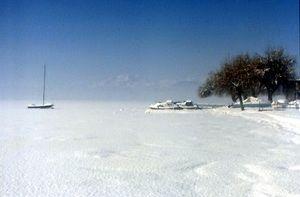 Il lago ghiacciato ricoperto di neve