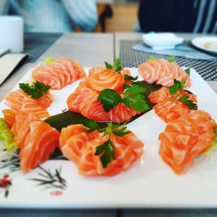 Sashimi #allyoucaneat #sushi #sashimi #salmone #salmon #eat #japan #restaurant #ristorante #cibo #pesce #fish #friend #lunch #sushilover #instasushi #friendship #picoftheday #raggiolaser http://www.butimag.com/ristorante/post/1470330038317909704_257669954/?code=BRnqWE0hobI