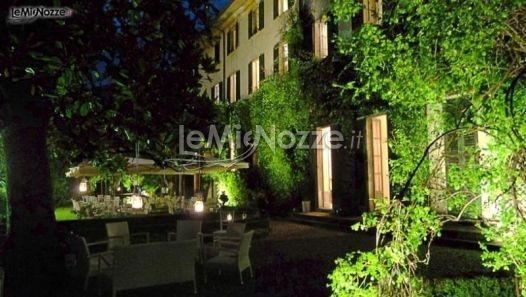 http://www.lemienozze.it/operatori-matrimonio/luoghi_per_il_ricevimento/villa-monastero-pax/media/foto/8  Villa illuminata per un matrimonio di sera
