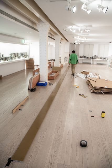 Installation de l'exposition «Les Urnes» d'André Elbaz au Musée ABC de Madrid. Réalisation d'un ensemble d'étagères en inox et aluminium massif pour …