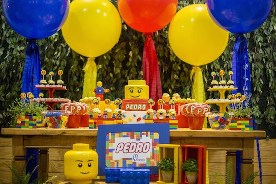 Festa com tema Lego da Festeirice, cheia de balões gigantes enfeitando a parede do fundo da mesa. Para comprar os balões com enfeite, clique aqui: http://festeirice.com.br/produtos/baloes/balao-gigantes.html  #legoparty #festalego #temadefesta #decoraçãodefestalego #balaogigante