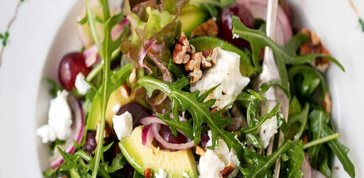 Salát s hroznovým vínem, avokádem a rukolou