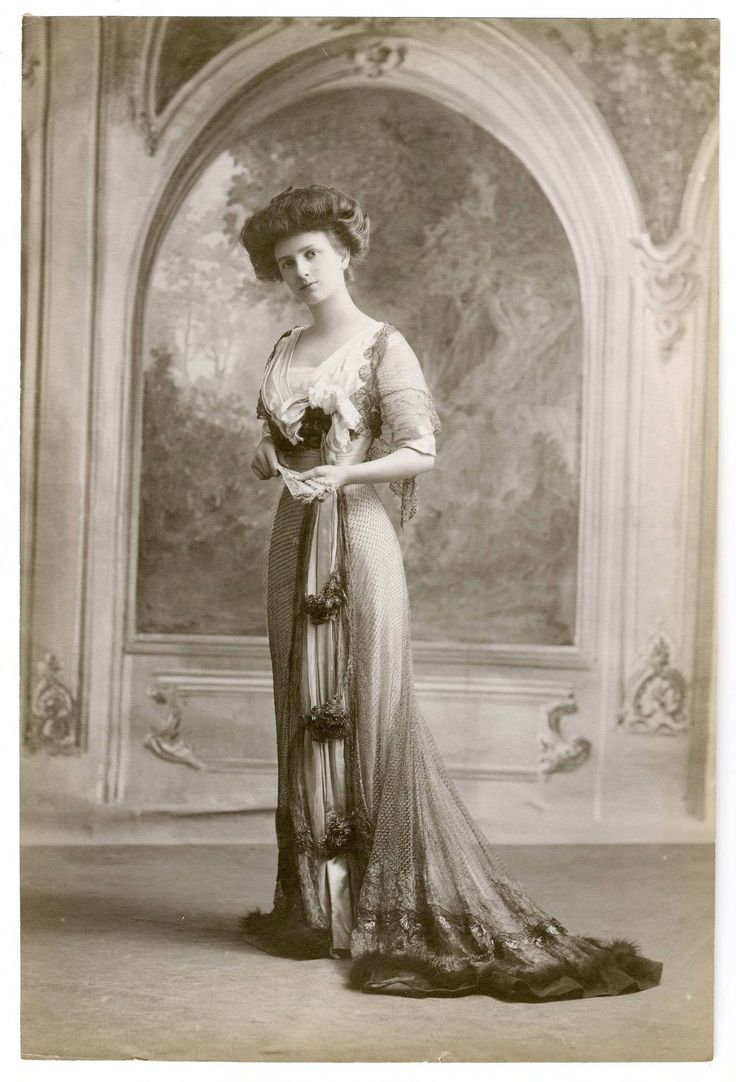 French Fashions, 1895-1915, Photograph 075. Metropolitan Museum of Art (New York, N.Y.). Irene Lewisohn Costume Reference Library. Costume Institute Fashion photographs, 1895-1989 French Fashions, 1895-1915. #FrenchFashion #Early1900sFashion