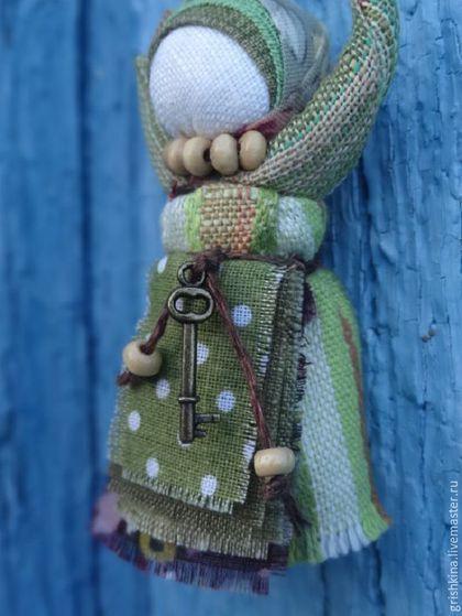 Купить или заказать Куколка народная  'Благость' (подвеска для сумки, одежды и т.д.) в интернет-магазине на Ярмарке Мастеров. И в дороге, и в пути всегда будет с вами маленькая куколка , несущая в себе радость , тепло и благость...Руки ее тянутся к небу , получая тепло и свет солнышка . (Куколки с зеленым фартуком нет в наличии- для…