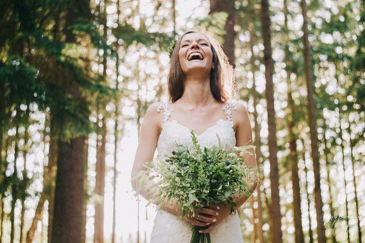 wedding photo session in the forest / forest bouquet / green / leśna sesja ślubna / fot. Bajkowe Śluby