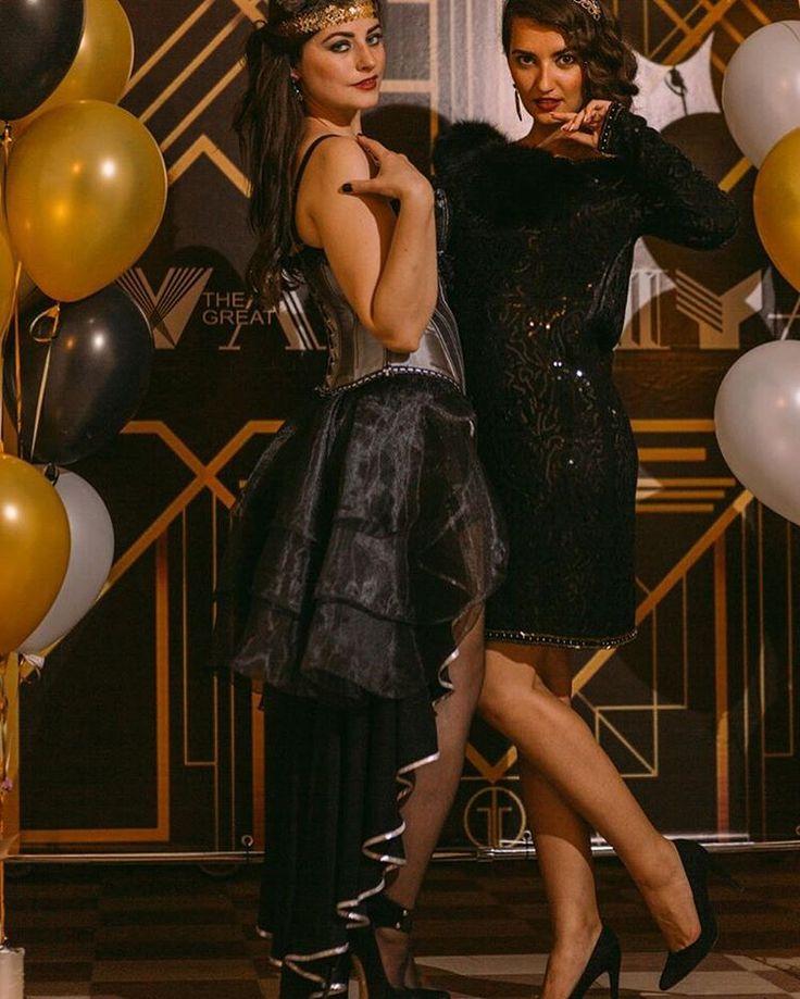 """Почувствуй себя героями нашумевшего романа Ф.С.Фицджеральда """"Великий Гетсби"""" и окунитесь в эпоху 1920-х в Америке. Эпоха джаза, ганстеров и шикарных вечеринок. Давайте знакомится с особенностями вечеринок, торжественных мероприятий в стиле Гэтсби по-порядку -образы и стиль 20-х годов. -перья, бахрома, блеск. -кружево, жемчуг. -золото, кристаллы, бисер. -горки и фонтаны с шампанским. -роскошь и размах.  Создадим для вас необходимую атмосферу роскоши, шика и блеска, присущую тем временам…"""