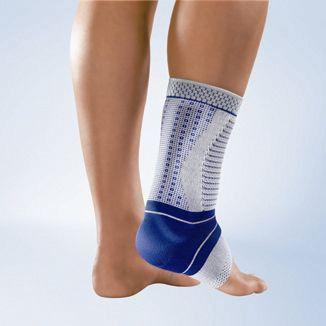 AchilloTrain® a un triple effet thérapeutique : la chevillère soulage la douleur et active la musculature. Un insert viscoélastique longe le tendon d'Achille pour répartir une pression uniforme sans réduire le confort.