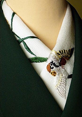 着物と同系色の刺繍でまとめたり、ストーリーがあるものや動物など、襟から覗く何センチかで着物の「粋」を出すことができるのが半襟です。