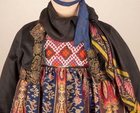 Bringduk på kone fra Nes i Hallingdal i hallingbunad.  Foto: Hallingdal Museum. http://www.digitaltmuseum.no/things/bunad/HFN/HFN%2099903?query=HFN+99903search_context=1count=1pos=0