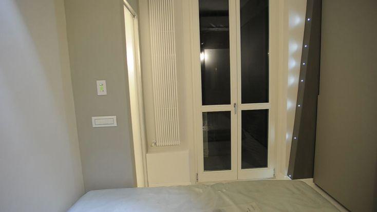 Sistema led su piano inclinato per illuminare la camera da letto