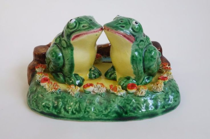 VINTAGE KISSING FROGS In the BOG SALT & PEPPER SHAKER SET & TRAY Porcelain JAPAN