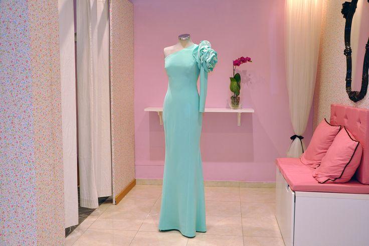 Vestido largo, con una clara inspiración en el vestido lucido por Gwyneth Paltrow en los Oscar 2015. Destaca por encima de todo la gran flor que adorna el hombro.