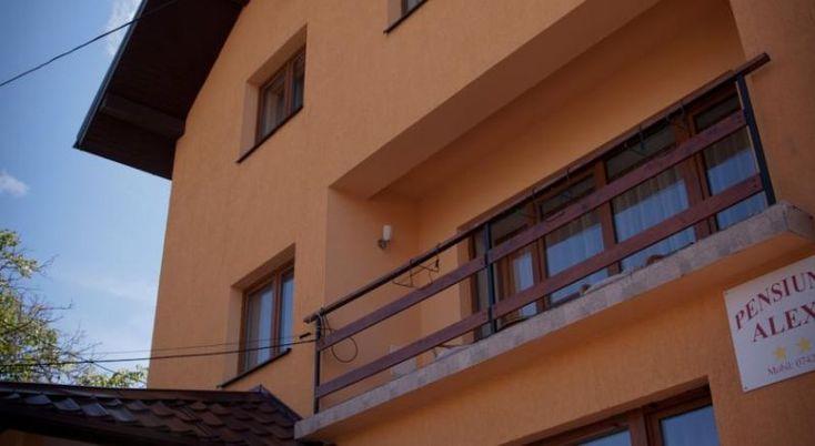 Pension Alexia Sibiu, #Pensiuni #Sibiu. Pension Alexia este nou construita si ofera o locatie excelenta in centrul Sibiului, la numai 2 minute de mers cu masina de centrul istoric si aproape de Parcul Sub Arini. Ambianta sofisticata a casei de oaspeti ofera confort, combinand un decor frumos cu facilitati utile. Camerele spatioase si luminoase sunt complet echipate cu toate facilitatile necesare si ofera internet gratuit. Exista bucatarie complet utilata si parcare privata. In imediata…