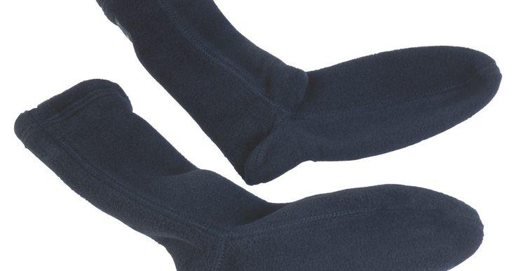 """Como fazer botas ninja tabi. Tabi refere-se a um estilo de meia ou bota japonesa, que se assemelha a uma luva para o pé, com uma divisão que separa o dedão dos outros dedos. Botas tabi, ou """"jika-tabi"""", como o tipo que pode ser usado como parte de um traje ninja, diferem de meias tabi por terem uma sola protetora macia. Qualquer par de meias pode ser convertido em meias tabi ..."""