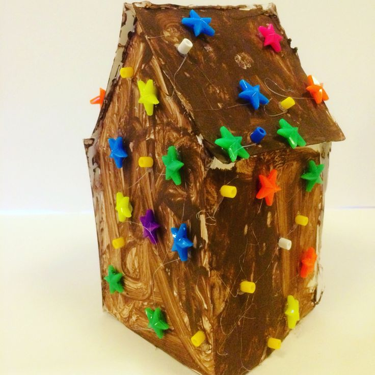 En by av pepparkakshus. För förra bilder och tydligare beskrivning besök gärna våran sida www.nouw.com/pyssellandet #pepparkakshus #av #kartong #pyssel #för #barn #på #förskolan #och #hemma #enkel #jul #tema #ginger #house #av #papper #for #children #at #preschool #and #home #easy #to #do #crafts #mammapyssel #pappapyssel