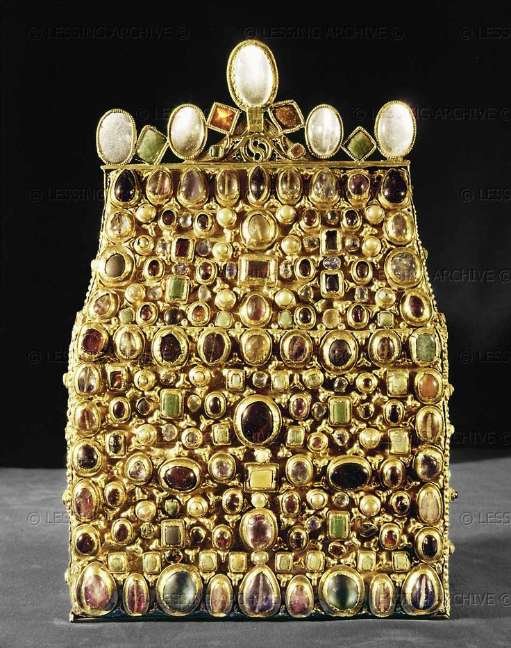 LESSING PHOTO ARCHIVE    30-01-02/11 CAROLINGIAN RELIQUARY 9TH  Reliquary of Saint Stephen, part of the insignia and regalia of the Holy Roman Empire, second quarter 9th. Gold, silver, precious stones, probably from Reims. H: 32 cm Inv. XIII, 26  Kunsthistorisches Museum, Schatzkammer, Vienna, Austria