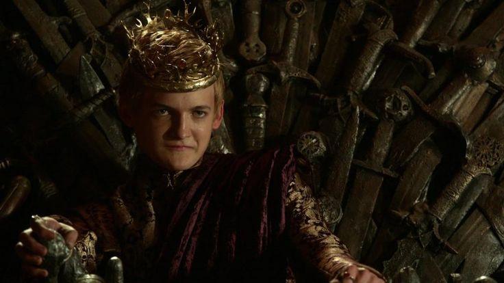 EL REY EN EL TRONO DE HIERRO - El rey Joffrey Baratheon fue, oficialmente, el hijo primogénito del rey Robert Baratheon y la reina Cersei Lannister; sin embargo, su padre biológico es Jaime Lannister, el hermano de la reina. Tiene dos hermanos, Myrcella y Tommen. Luego de la muerte de Robert I se convirtió en Rey de los Siete Reinos.