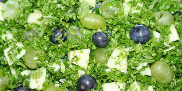 Frisk og lækker salat med søde blåbær og vindruer, saftig melon og grøn persille samt lidt løg, som balancerer sødmen.